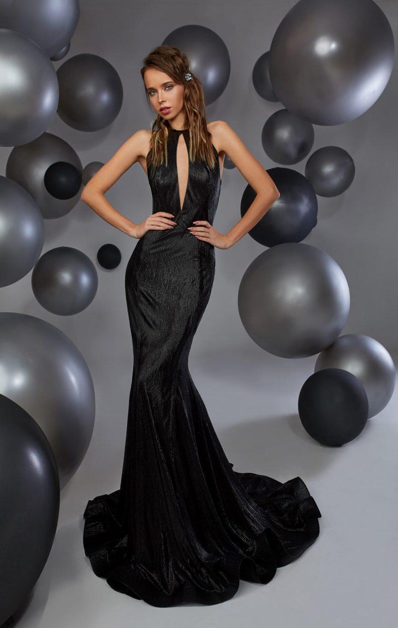 Черное вечернее платье облегающего кроя с оригинальным оформлением лифа.