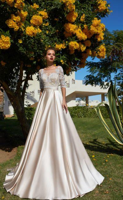Золотистое свадебное платье из атласа, украшенное кружевом.