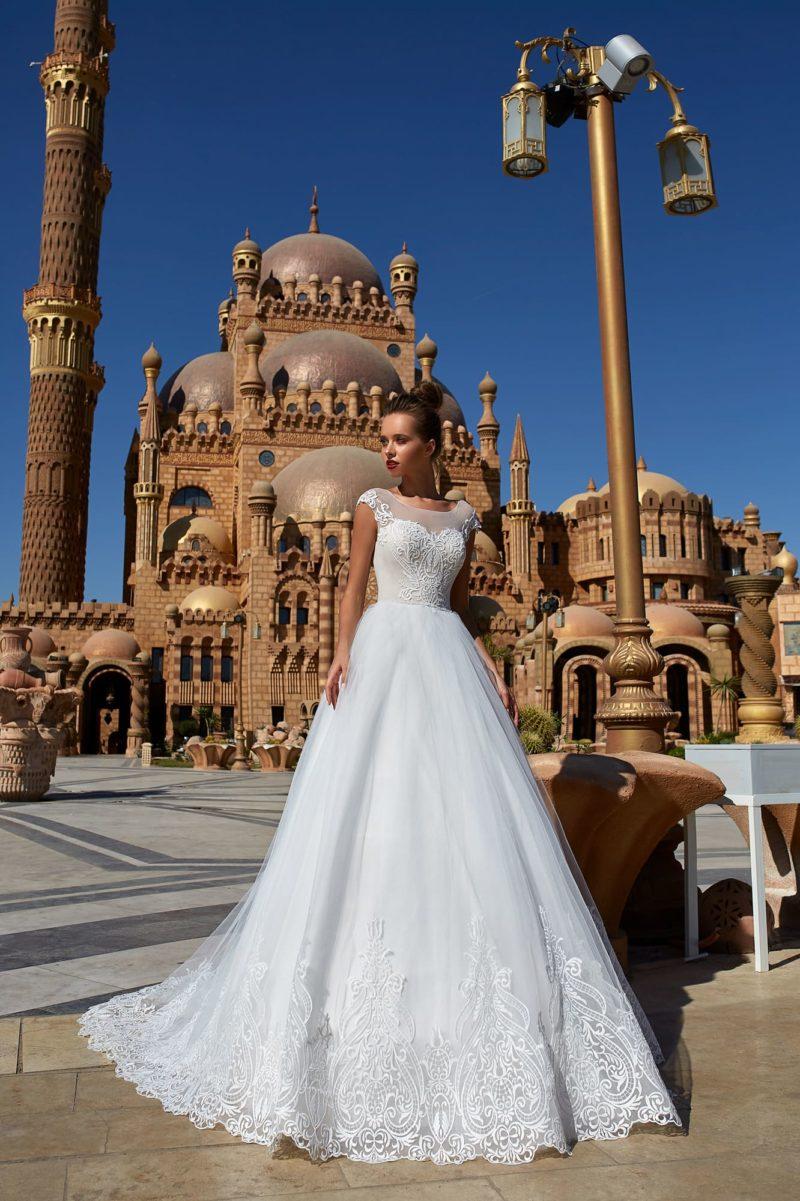 Свадебное платье с многослойным низом и кружевным декором корсета.