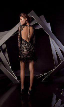 Черное вечернее платье с кружевными рукавами и объемной отделкой.