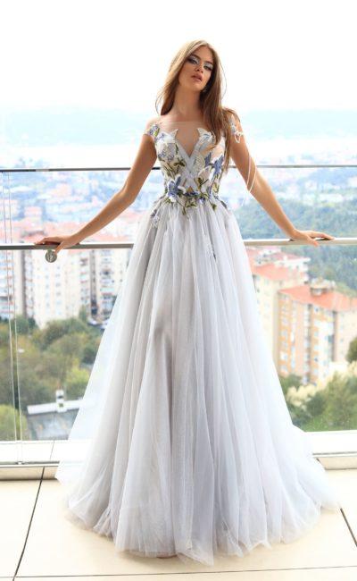 Бело-голубое платье в пол