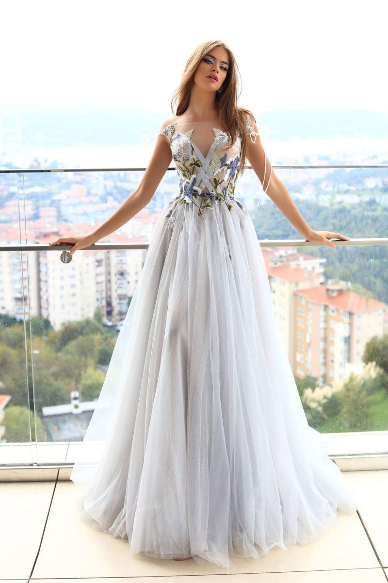 Бело-голубое вечернее платье с романтичным цветочным декором по лифу.