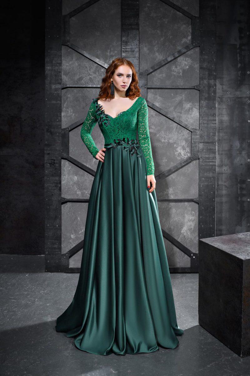 Изумрудное вечернее платье с длинным рукавом и юбкой в пол.