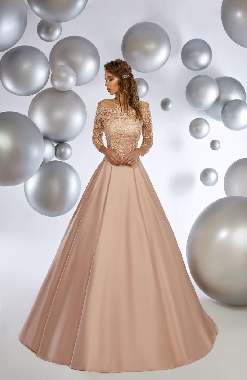 Пышное вечернее платье кремового цвета с кружевной отделкой по лифу.