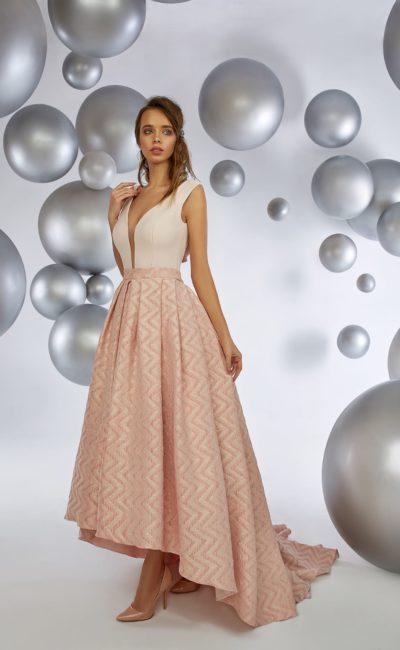 Розовое вечернее платье с глубоким вырезом и укороченной спереди юбкой.