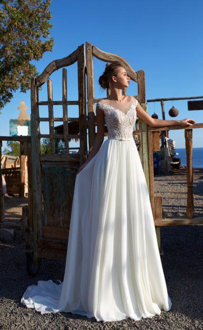 Изысканное свадебное платье с кружевным лифом на бежевой подкладке.
