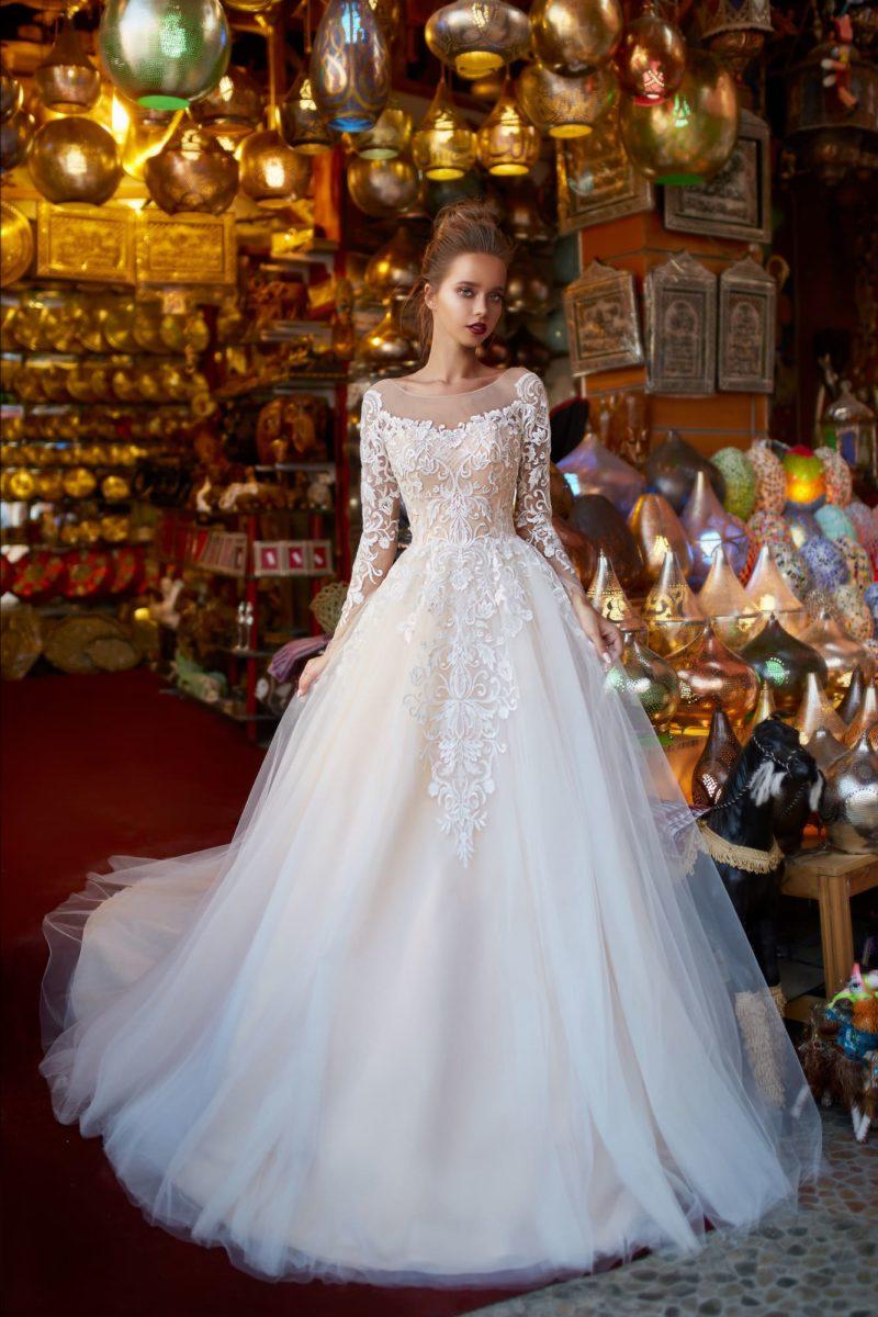 Пышное свадебное платье с длинным рукавом и прозрачным декольте.