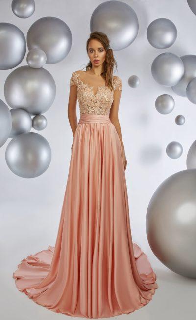 Персиковое вечернее платье прямого кроя с кружевным лифом.