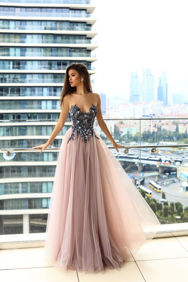 Розовое вечернее платье с серебристой отделкой открытого лифа.
