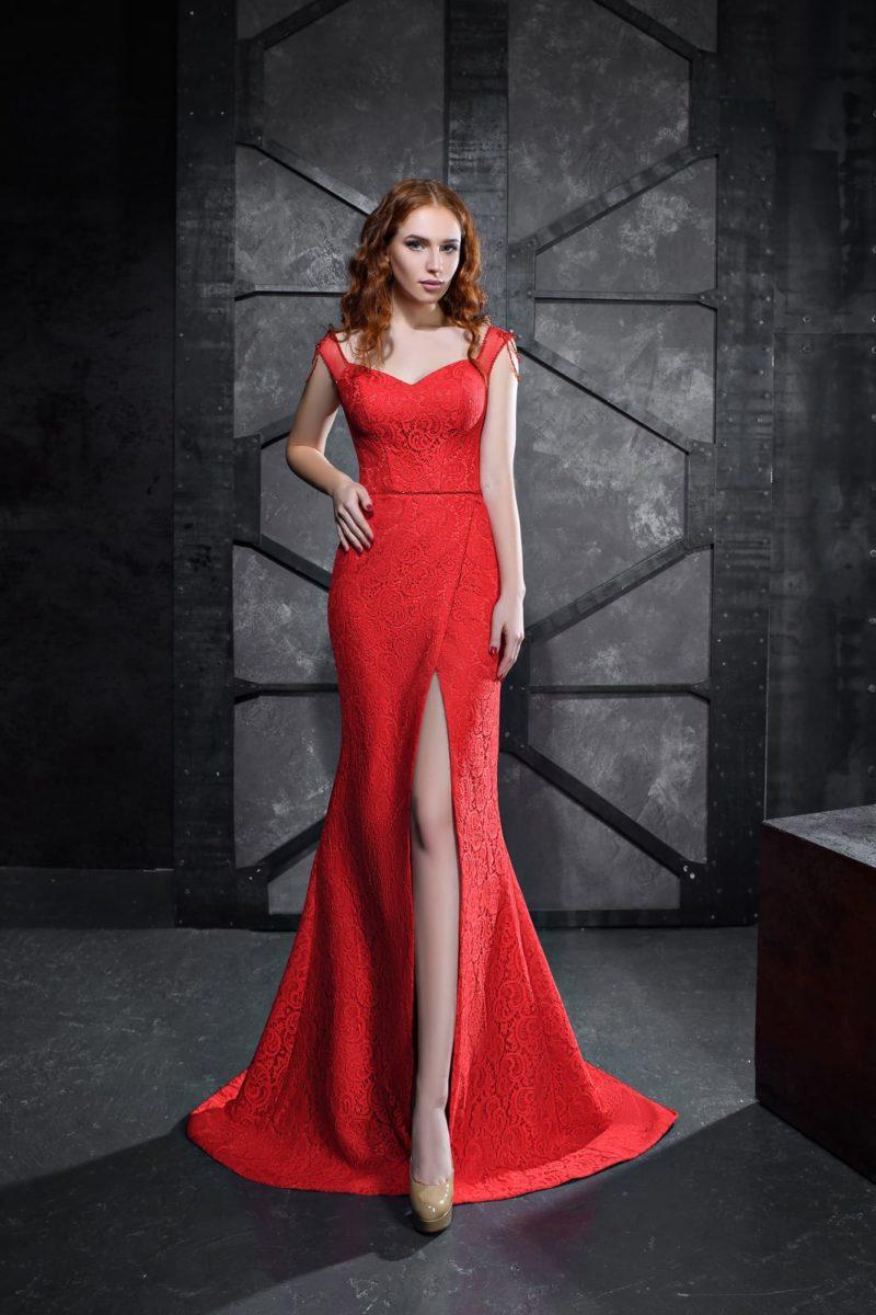 Алое вечернее платье с асимметричным подолом и лифом «сердечком».