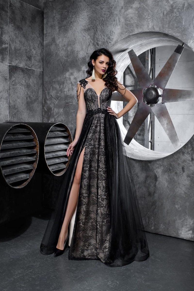 Черное вечернее платье с кружевной отделкой и светлой подкладкой.