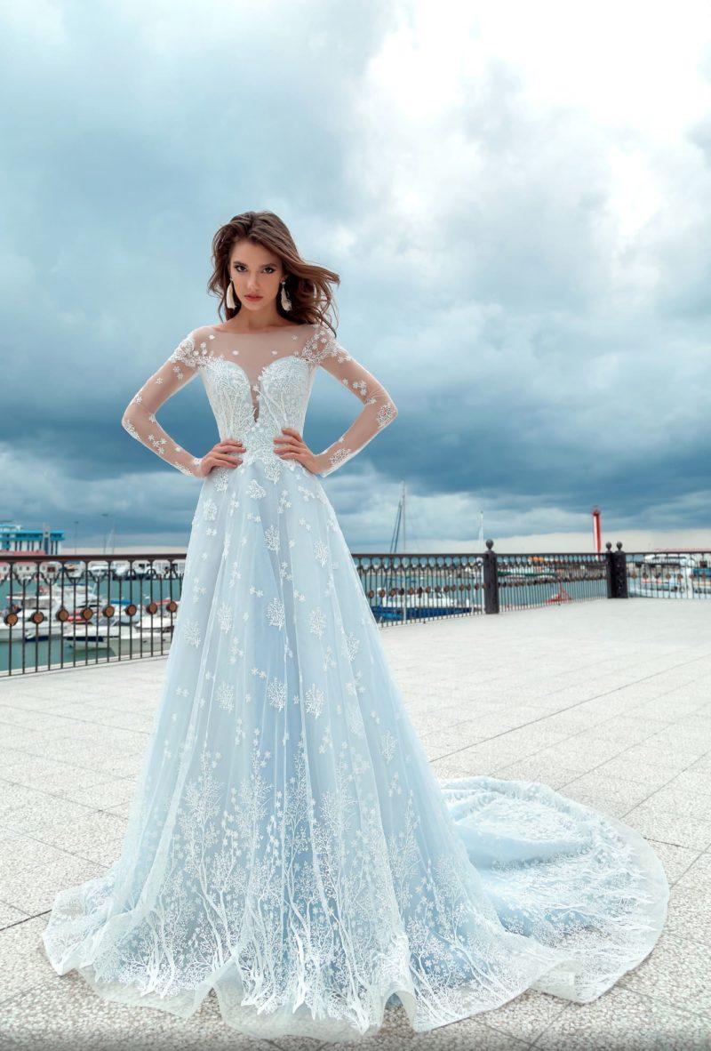 Голубое свадебное платье с кружевной отделкой и пышной юбкой со шлейфом.