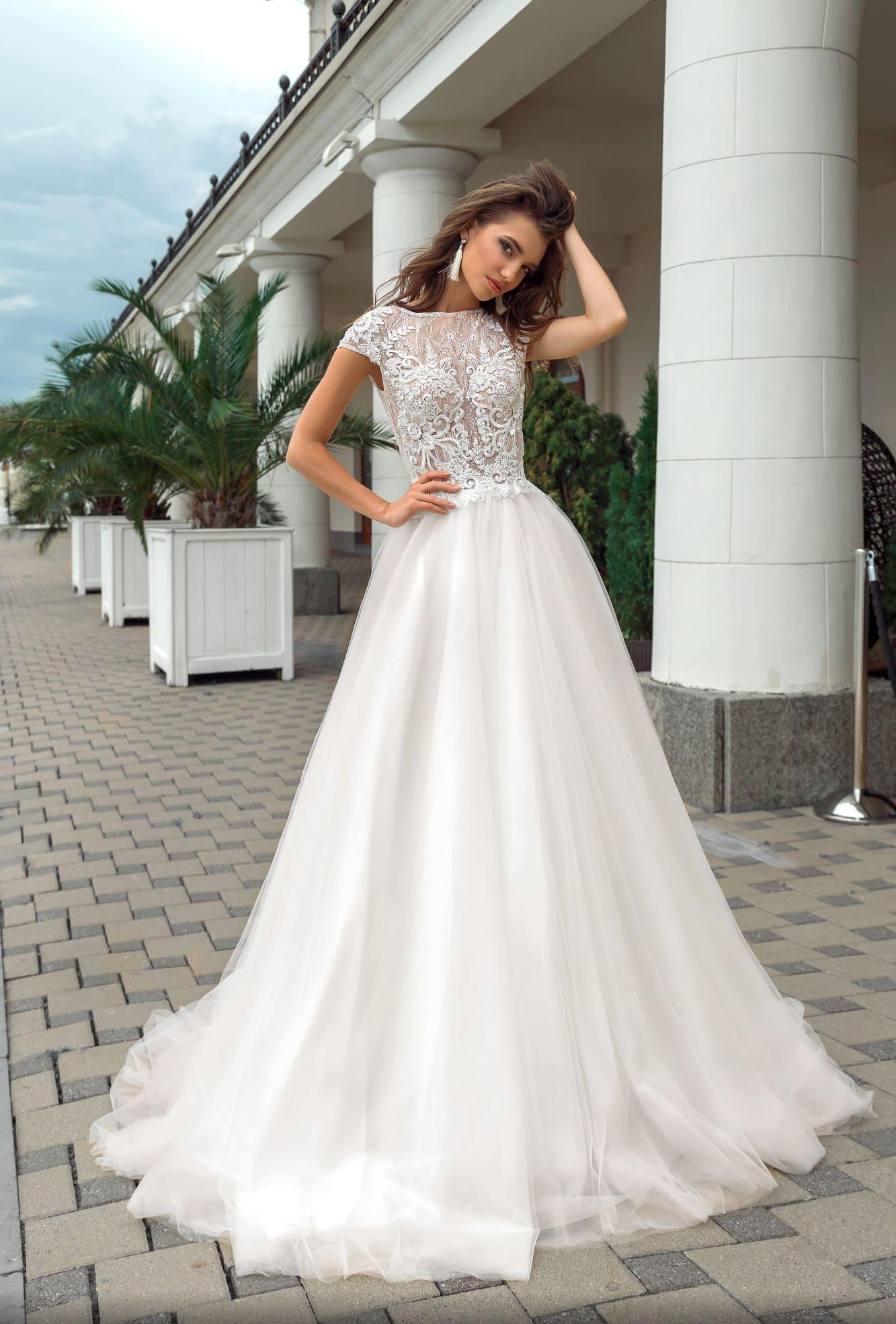 875128cf209 Романтичное свадебное платье с многослойным низом и полупрозрачным лифом.
