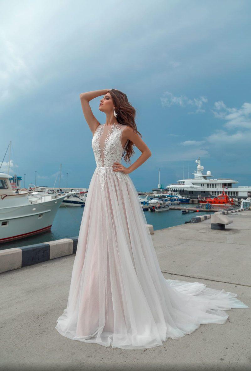 Изысканное свадебное платье с полупрозрачным оформлением закрытого верха.