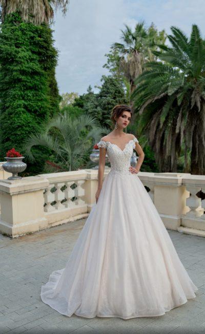 Женственное свадебное платье пышного силуэта с фигурным V-образным вырезом.