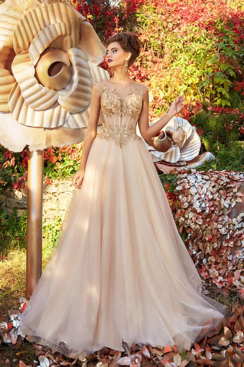 Кремовое вечернее платье с многослойной юбкой и сияющей отделкой.