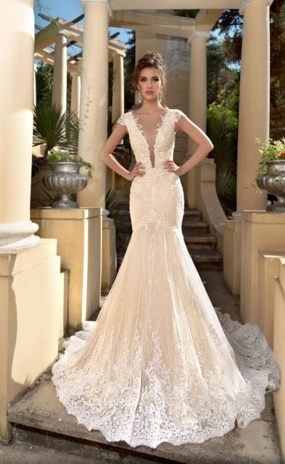 Бежевое свадебное платье облегающего кроя с кружевной отделкой.