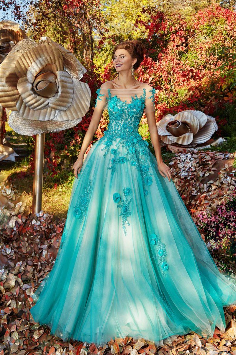 Яркое голубое вечернее платье с объемным декором и пышной юбкой.