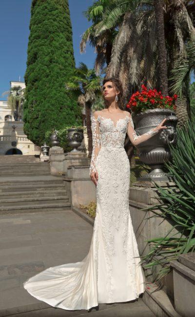 Прямое свадебное платье с кружевной отделкой и съемной верхней юбкой.