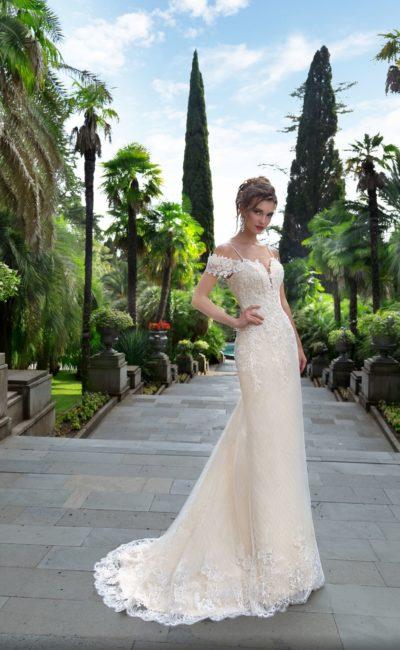 Прямое свадебное платье оттенка слоновой кости с открытым лифом на бретелях.
