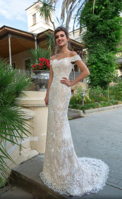Открытое свадебное платье прямого силуэта с белым кружевом на бежевой подкладке.