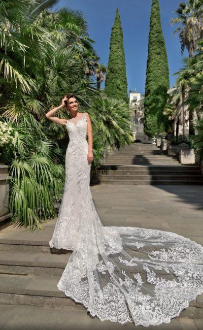 Прямое свадебное платье с длинным рукавом и роскошным полупрозрачным шлейфом.