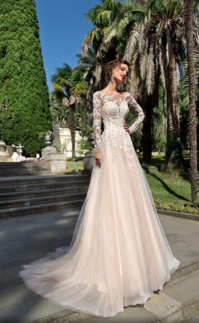 Романтичное свадебное платье с кружевным закрытым верхом с рукавом.