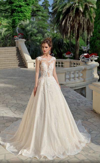 Пышное свадебное платье с кружевной отделкой и открытой спинкой.