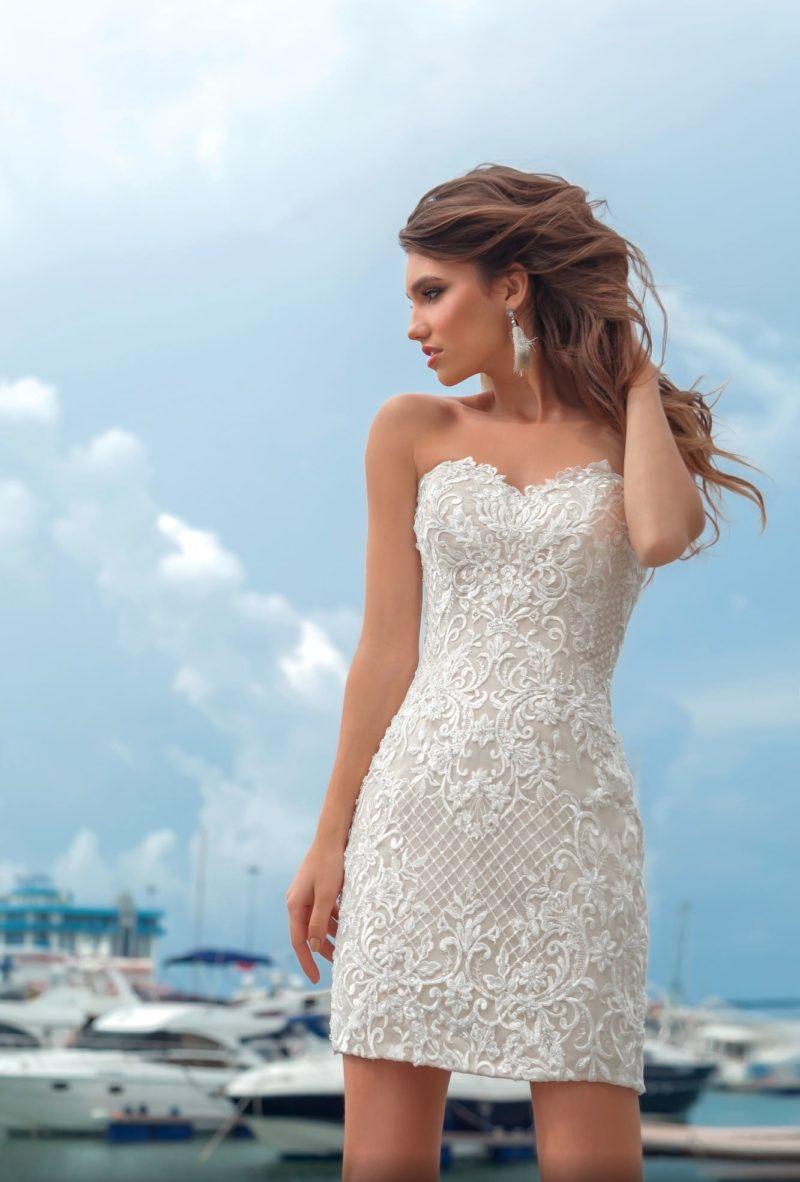 Бежевое свадебное платье-трансформер с многослойной верхней юбкой.