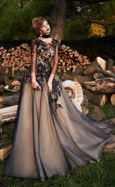 Черно-бежевое вечернее платье с кружевным декором и элегантным рукавом.