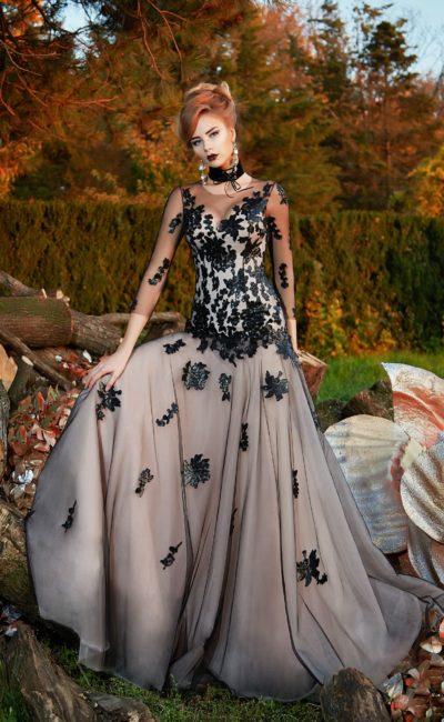 Вечернее платье с отделкой из черного кружева и длинным прозрачным рукавом.