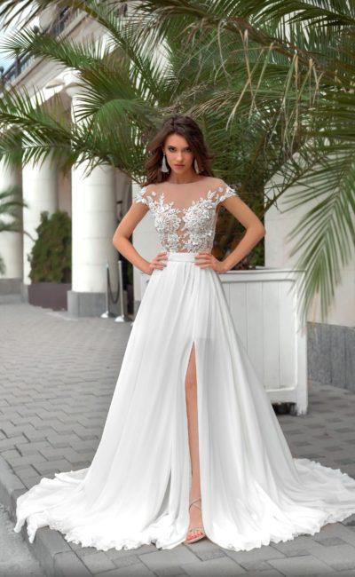 Прямое свадебное платье с соблазнительным разрезом на юбке со шлейфом.