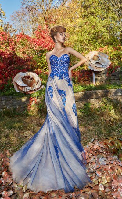 Вечернее платье с бежевой подкладкой и голубой отделкой.