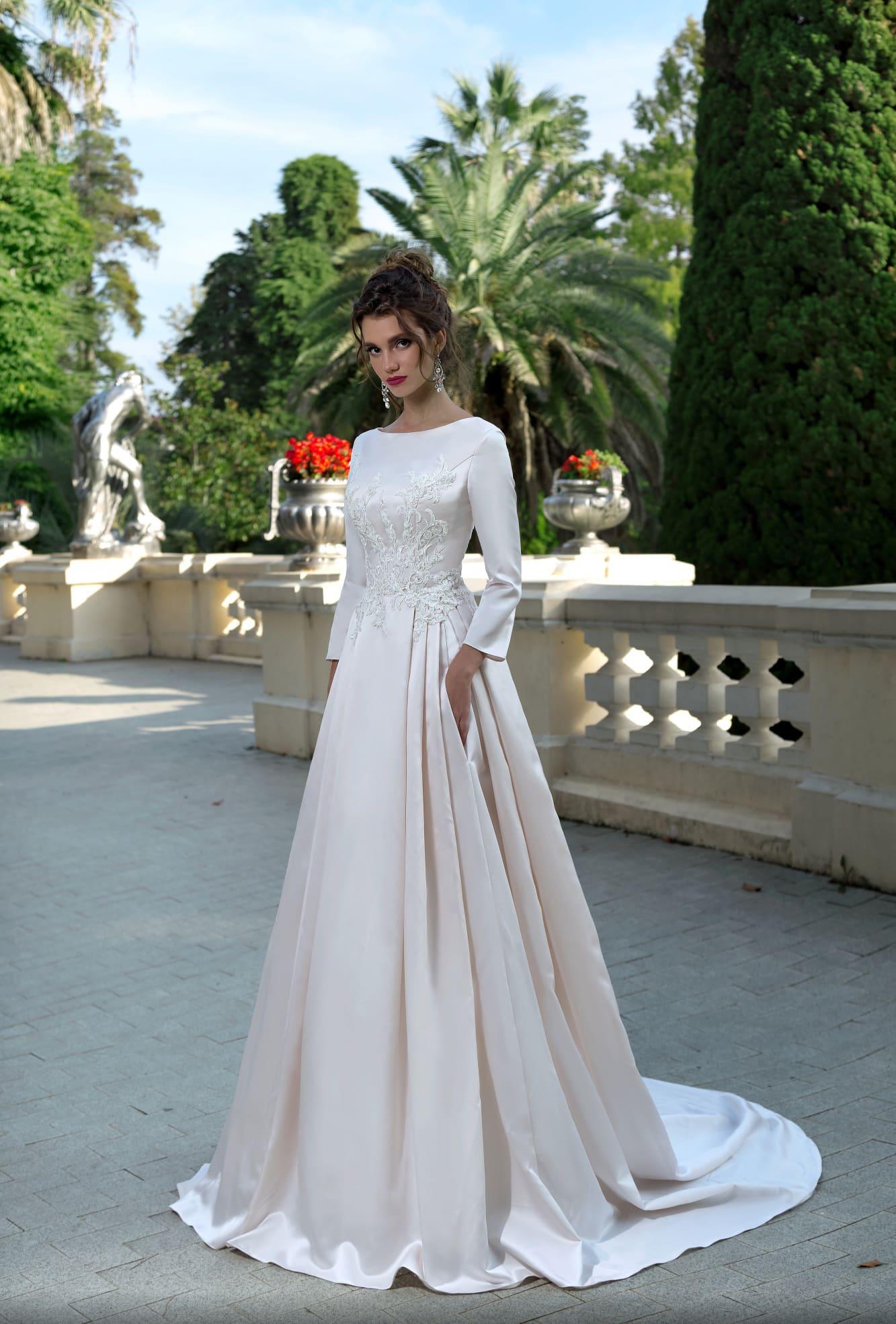 d0f68ddf8f2 Элегантное свадебное платье из атласа с вырезом «бато» и длинным рукавом.