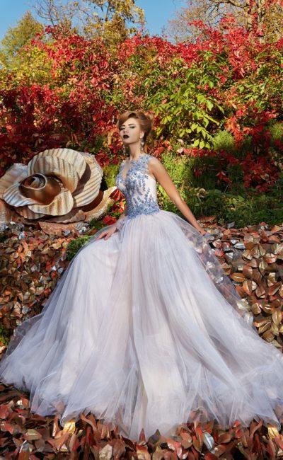 Романтичное вечернее платье с кружевным декором и воздушным низом.