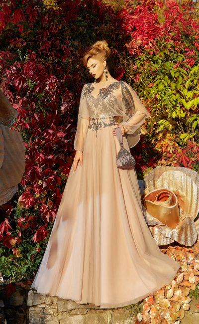 Пудровое вечернее платье с тонкой пелериной и сияющей вышивкой.
