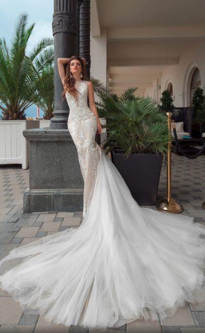 Кружевное свадебное платье облегающего кроя с невероятно длинным шлейфом.