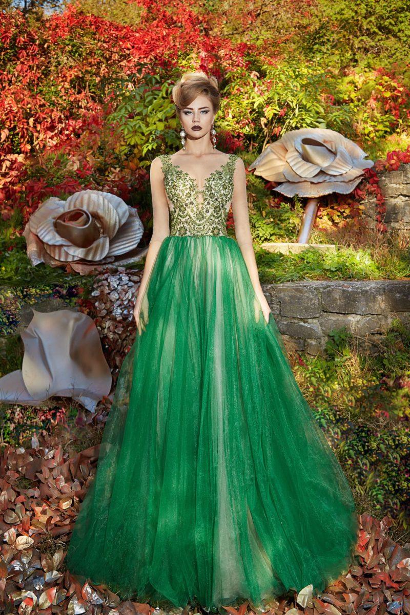 Зеленое вечернее платье с сияющим декором лифа и многослойным подолом.