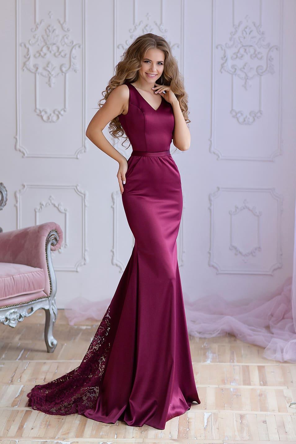 30a59eb86a3 Облегающее вечернее платье с вырезом сзади и небольшим кружевным шлейфом.