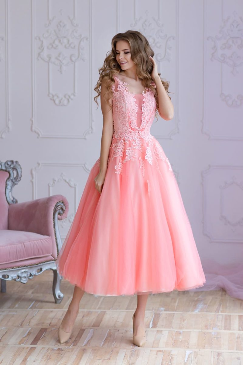 Розовое вечернее платье пышного силуэта с отделкой из аппликаций.