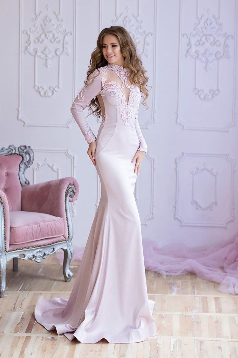 Розовое вечернее платье «русалка» с длинным рукавом и открытой спинкой.