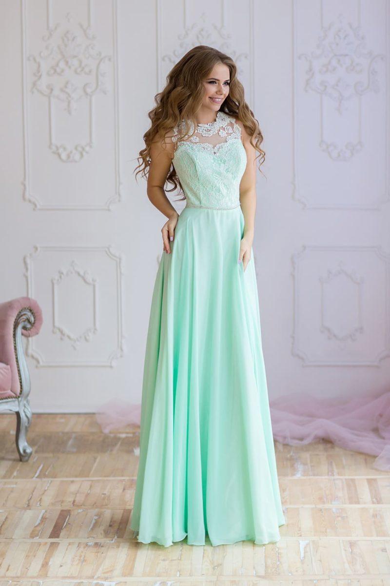 Мятное вечернее платье прямого кроя с открытой спинкой и романтичным поясом.