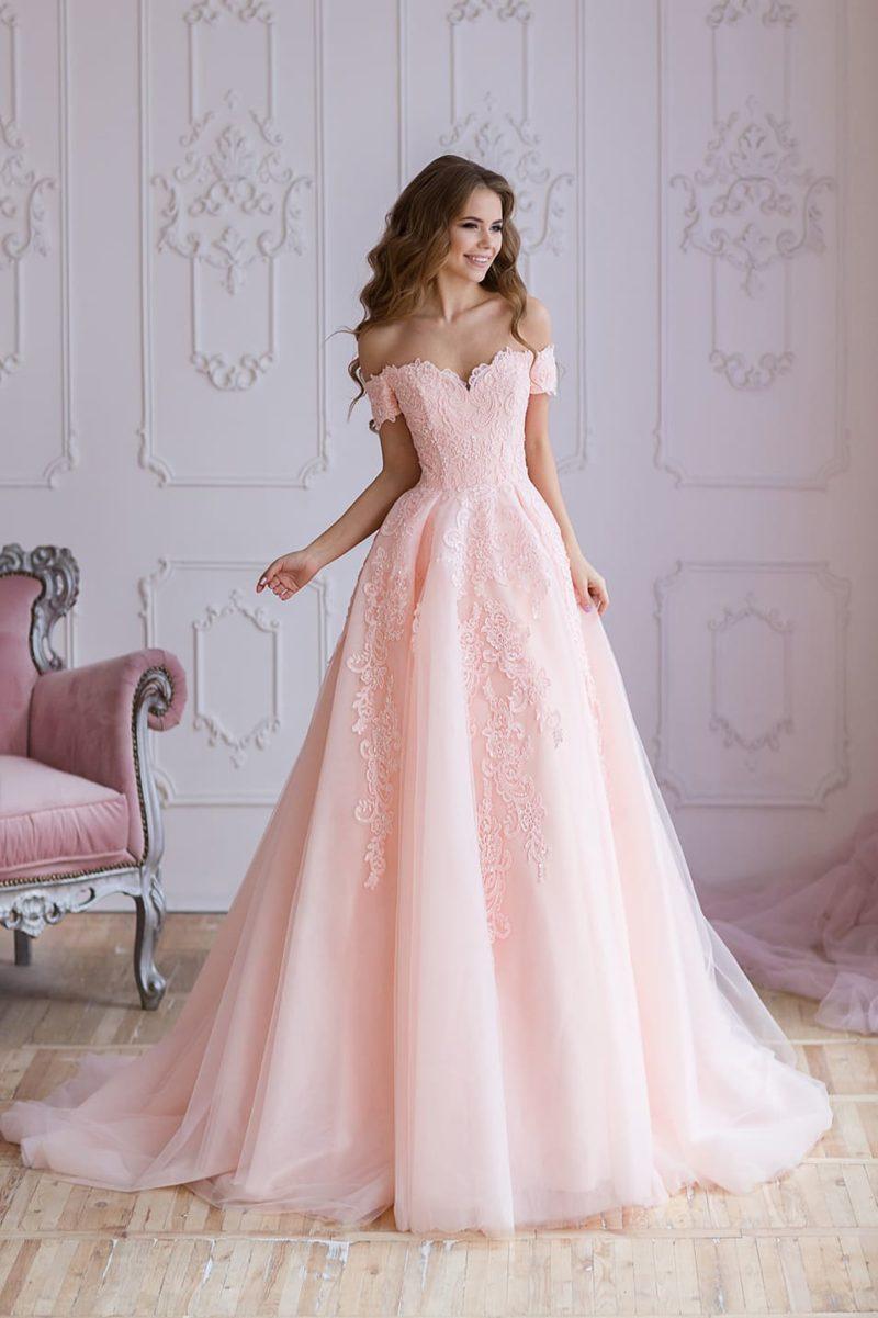 Розовое вечернее платье пышного силуэта с портретным декольте.