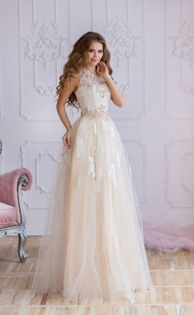 Вечернее платье с воздушной кремовой юбкой и кружевным верхом.