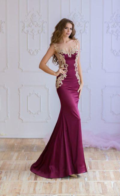 Винное вечернее платье силуэта «русалка», украшенное золотистым кружевом.