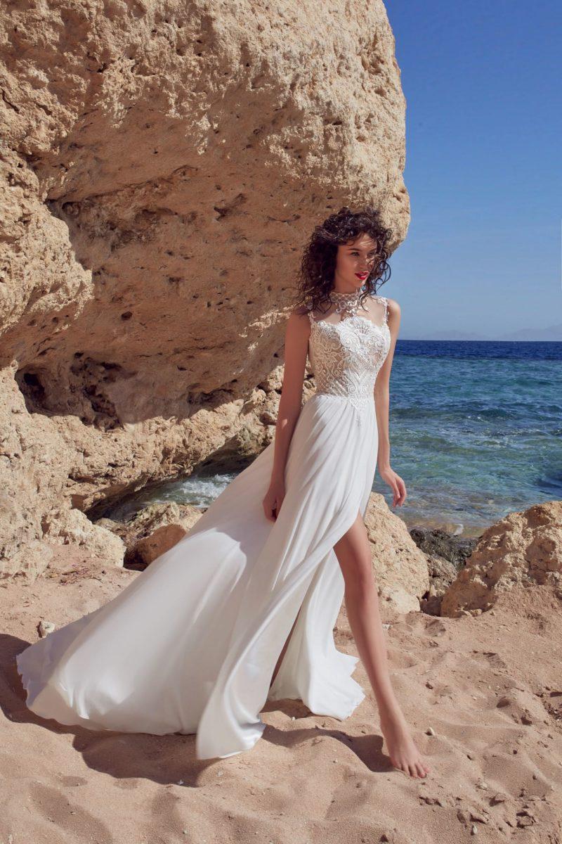 Свадебное платье с кружевным верхом и прямой юбкой с высоким разрезом.