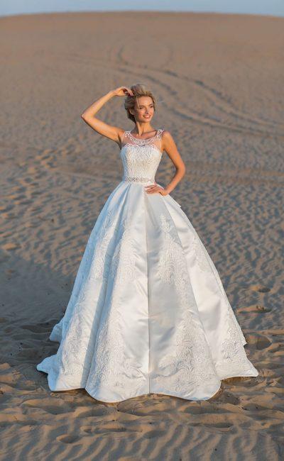 Выразительное свадебное платье с пышной юбкой и широким поясом.