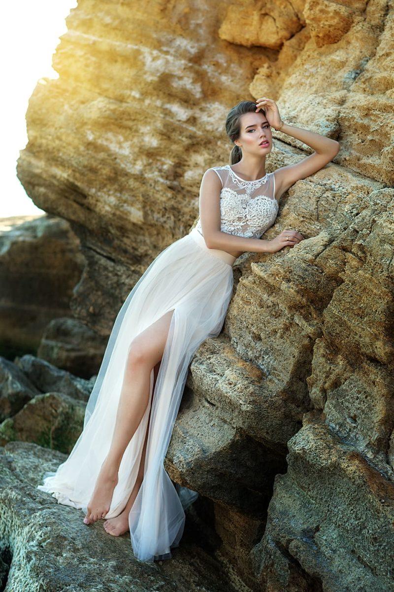 Свадебное платье с укороченным топом и воздушной юбкой.