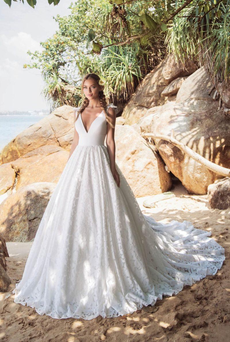 Пышное свадебное платье с кружевной юбкой и атласным открытым лифом.