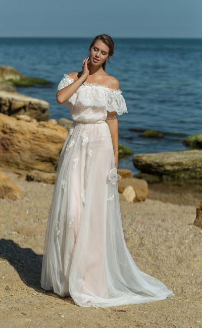 Открытое свадебное платье с оборкой по открытому портретному лифу.
